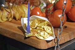 意大利式饺子充塞用在一个乳脂状的蕃茄的乳酪和巴马干酪调味 街道食物版本 免版税库存图片