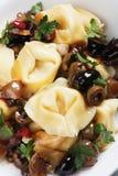 意大利式饺子和橄榄沙拉 图库摄影