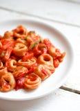 意大利式饺子在marinara调味汁的primavera巴马干酪在木土气 库存照片