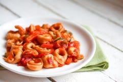 意大利式饺子在marinara调味汁的primavera巴马干酪在木土气 免版税库存图片