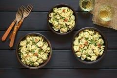 意大利式饺子沙拉用豌豆和烟肉 免版税库存图片