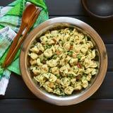 意大利式饺子沙拉用豌豆和烟肉 库存照片