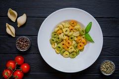 意大利式饺子烹调了与不同的种类的面团胡椒,多香果, 库存图片