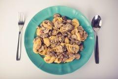 意大利式饺子用在板材的蘑菇 图库摄影