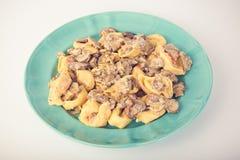 意大利式饺子用在板材的蘑菇 免版税库存照片