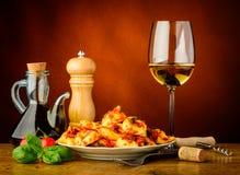 意大利式饺子面团膳食和白葡萄酒 库存图片