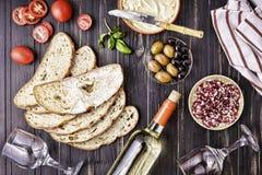 意大利快餐,酒快餐集合 蒜味咸腊肠, ciabatta 橄榄,传统,地中海,桌,木背景,顶视图 免版税库存照片