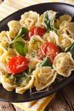 意大利意大利式饺子用菠菜、蕃茄和巴马干酪特写镜头 免版税库存照片