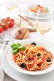 意大利意粉西红柿酱、蓬蒿和橄榄 免版税库存照片