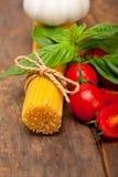 意大利意粉面团蕃茄和蓬蒿 库存照片