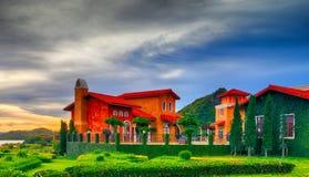 意大利房子在葡萄园里 免版税库存图片