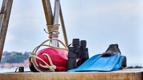 意大利救生员齿轮包括红色浮体双筒望远镜和蓝色Sw 免版税库存照片