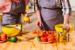 意大利料理烹调菜沙拉的食谱妇女 免版税图库摄影