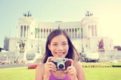 意大利旅行-拍照片的旅游女孩在罗马 免版税库存照片