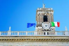 意大利旗子,蓝天,时钟 免版税库存图片