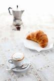 意大利早餐咖啡和奶油蛋卷 免版税库存照片