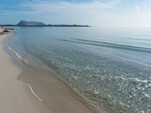 意大利晴朗的白色海滩有海岛看法  库存照片