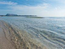 意大利晴朗的白色海滩有海岛看法  免版税图库摄影