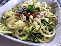 意大利未加工的素食主义者夏南瓜面条盘 库存照片