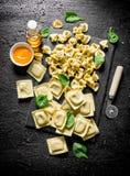 意大利未加工的面团不同形式用调味汁和菠菜 库存图片