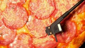 意大利比萨用蒜味咸腊肠当转动在转盘球员的唱片 意大利辣味香肠,党的概念与音乐的和 股票视频