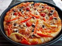 意大利比萨用蕃茄,蒜味咸腊肠 库存照片