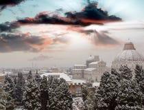 意大利比萨 奇迹,空中日落视图正方形与雪的 免版税库存照片