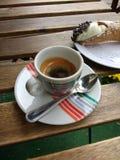意大利浓咖啡和地道Cannoli甜点点心 免版税库存照片
