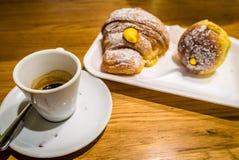 意大利浓咖啡咖啡和dulce新月形面包 免版税库存图片