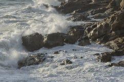 意大利海岸的风大浪急的海面 免版税库存照片