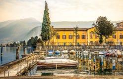 意大利湖边村庄iseo船坞小船 图库摄影