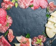 意大利火腿、熏火腿和蒜味咸腊肠用瓜 库存照片