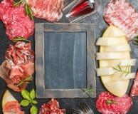 意大利火腿、熏火腿和蒜味咸腊肠用瓜 免版税库存照片