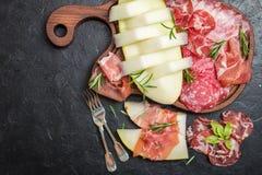 意大利火腿、熏火腿和蒜味咸腊肠用瓜 免版税图库摄影