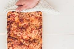 意大利烤宽面条博洛涅塞用牛肉、西红柿酱和绿色Basi 库存图片