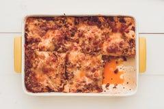 意大利烤宽面条博洛涅塞用牛肉、西红柿酱和绿色Basi 免版税库存照片