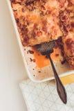 意大利烤宽面条博洛涅塞用牛肉、西红柿酱和绿色Basi 免版税图库摄影