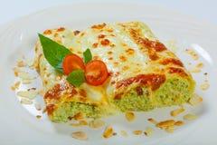 意大利烤宽面条在一块白色板材滚动 免版税库存图片
