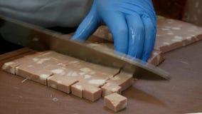 意大利烤香肠熟香肠 厨师切在小立方体的蒜味咸腊肠 股票视频