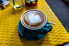 意大利热奶咖啡心脏 免版税库存图片
