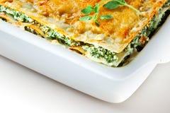 意大利烹调。与蓬蒿的菠菜烤宽面条。宏指令 库存照片
