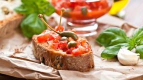 意大利烹调概念 与pesto,蕃茄的Bruschettas 免版税库存图片