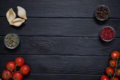 意大利烹调盘的成份在黑木tabl 免版税库存照片