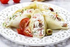 意大利烹调:在白色板材的被充塞的面团壳。 免版税图库摄影
