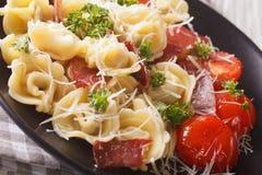 意大利烹调:意大利式饺子用火腿、蕃茄和巴马干酪clos 免版税库存图片