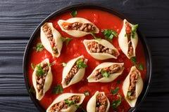 意大利烹调:用绞细牛肉机智充塞的conchiglioni面团 库存照片