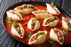 意大利烹调:用绞细牛肉机智充塞的conchiglioni面团 免版税库存照片