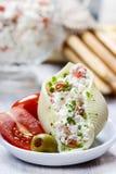 意大利烹调:被充塞的面团壳和堆面包棒。 图库摄影