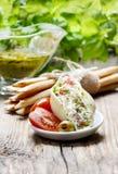 意大利烹调:被充塞的面团壳和堆面包棒。 库存照片