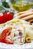 意大利烹调:被充塞的面团壳和堆面包棒 库存照片